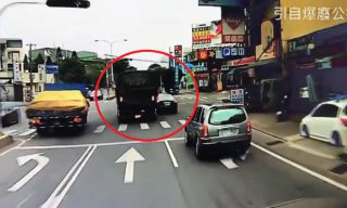 【Mobile01熱門事件】軍車戰海神!車門破洞 警察這樣說