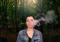 【Facebook熱門事件】年輕女性抽電子菸三年健康出問題 網友怎麼看