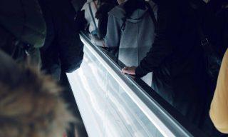 【Facebook熱門事件】最尷尬挑戰!搭手扶梯時「突回頭盯路人」實驗引熱議