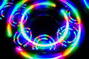 穿七彩衣唱七彩霓虹燈,網友:男人的快樂就是這麼樸實無華         | Facebook熱門事件