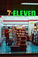 Po網抱怨超商店員刷條碼碰螢幕,網友:半斤八兩    |Dcard熱門事件
